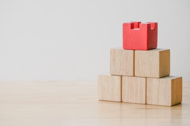 Abstracte geometrische echte houten kubus met surreal lay-out op witte achtergrond Premium Foto