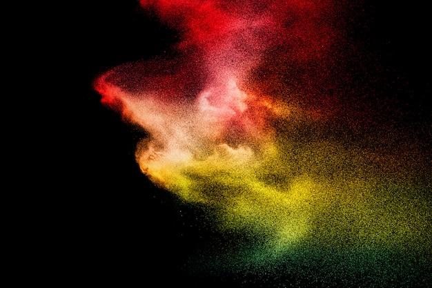 Abstracte kleurrijke poederexplosie. bevriezen beweging van stof spatten. geschilderde holi. Premium Foto