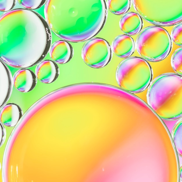 Abstracte luchtbellen in water op veelkleurige achtergrond Gratis Foto