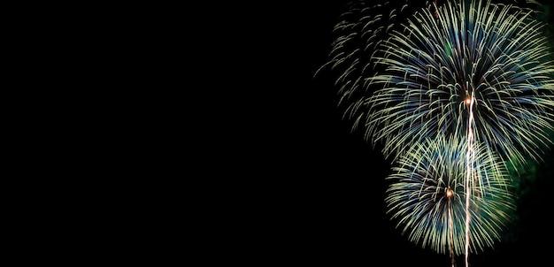 Abstracte mooie kleurrijke vuurwerk voor viering op zwarte achtergrond met vrije ruimte voor tekst Premium Foto