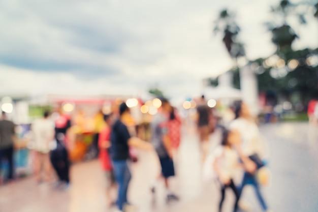Abstracte onduidelijk beeldachtergrond in nachtmarkt bij winkelcomplex voor achtergrond, gestemde wijnoogst. Premium Foto