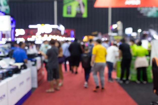 Abstracte onduidelijk beeldmensen in de tentoonstellingsbeurs expo van de tentoonstellingszaal. zakelijke congresbeurs, banenbeurs of aandelenmarkt. organisatie- of bedrijfsevenement, commerciële handel of winkelcentrum Premium Foto