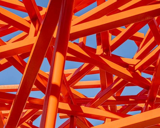 Abstracte rode constructie en blauwe hemel Gratis Foto
