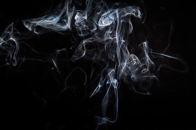 Abstracte rookwervelingen op zwarte achtergrond Premium Foto