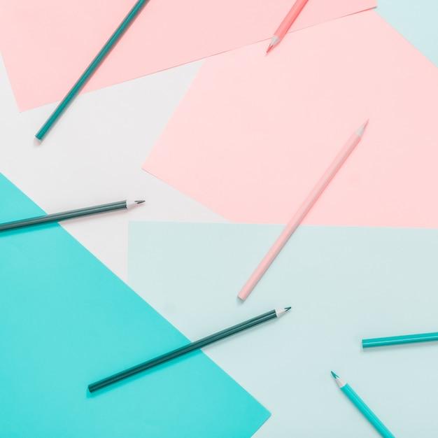 Abstracte verschillende veelkleurige pastel achtergronden met potloden en plaats voor tekst Premium Foto