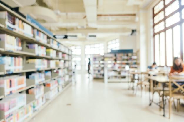 Abstracte vervaging en defocused boekenplank in de bibliotheek Gratis Foto