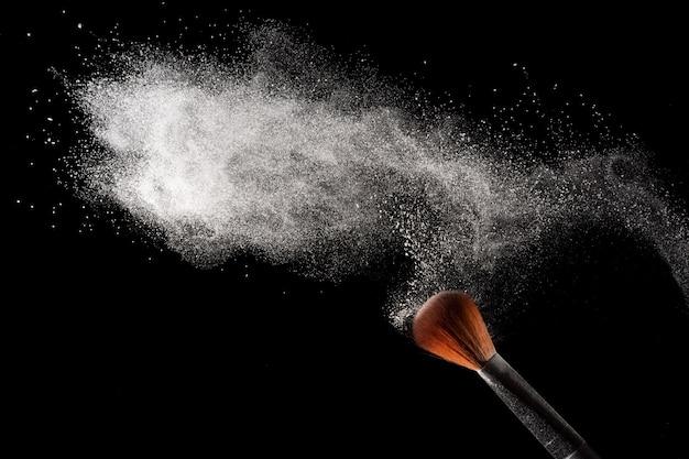 Abstracte witte poeder stofexplosie op zwarte achtergrond. Premium Foto