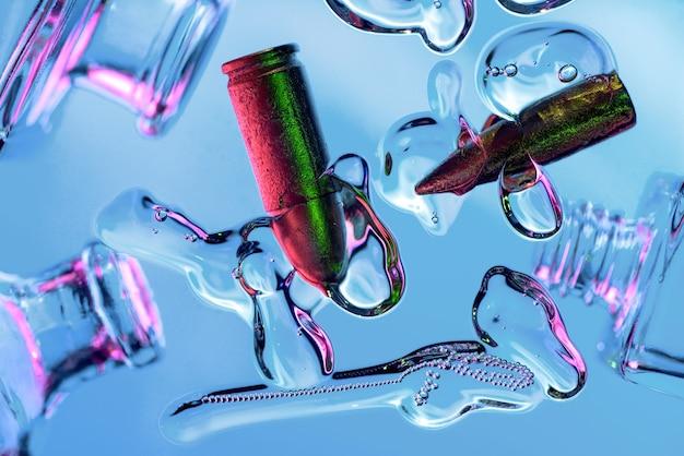 Abstractie op cosmetica, druppels, luchtbellen, kogels en flessen in neon Premium Foto