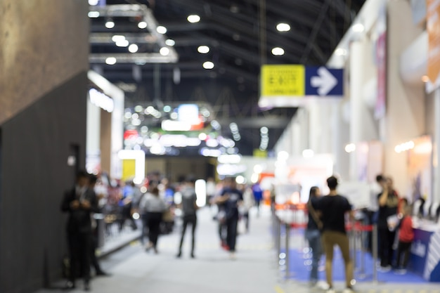 Abtract onduidelijk beeld mensen op expositie hal motor show gebeurtenis achtergrond Premium Foto