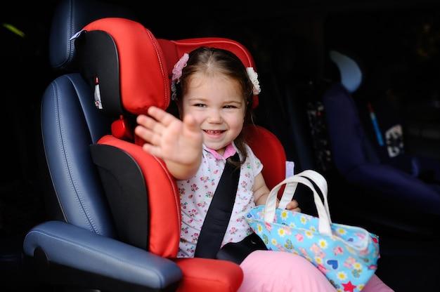 Aby meisje zit in een autokinderzitje Premium Foto