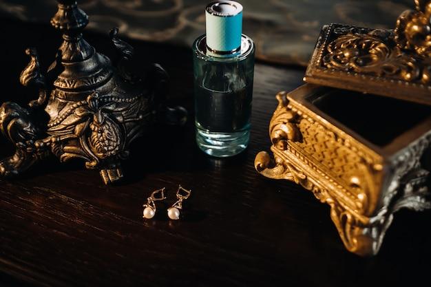 Accessoires voor de bruid. oorbellen op tafel. witte bruiloft oorbellen. Premium Foto