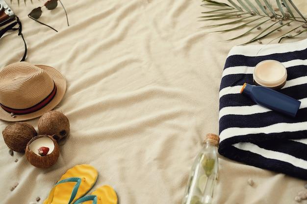 Accessoires voor zomervakantie, bovenaanzicht achtergrond Gratis Foto