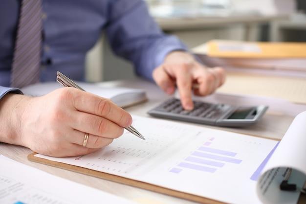 Accountant bereken financiën bedrijfsrapport Premium Foto