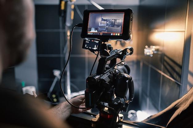 Achter de schermen van film- of videoproducten en de filmploeg van de filmploeg op de set in het paviljoen van de filmstudio. Premium Foto