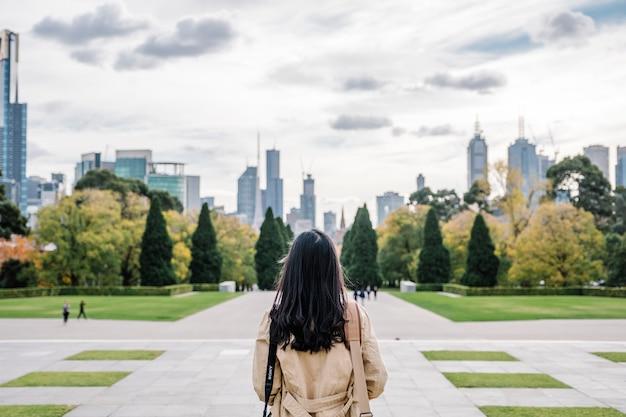 Achter meisje en stad Gratis Foto