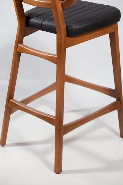 Achter schot van een houten stoel geïsoleerd op een witte achtergrond Gratis Foto