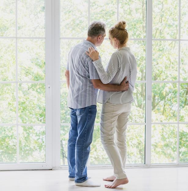 Achteraanzicht bejaarde echtpaar dicht bij elkaar Gratis Foto