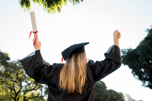 Achteraanzicht jonge vrouw zijn afstuderen Gratis Foto