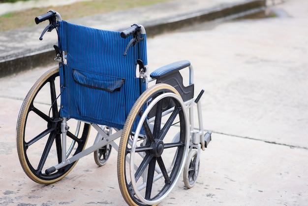 Achteraanzicht leeg rolstoelpark op de weg Premium Foto