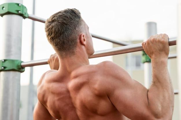 Achteraanzicht man training shirtless Gratis Foto