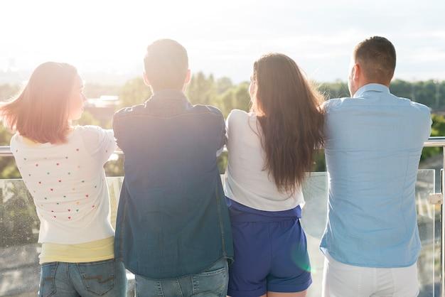 Achteraanzicht mensen kijken in de verte Gratis Foto