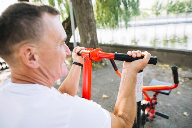 Achteraanzicht sportieve man uit te werken Gratis Foto