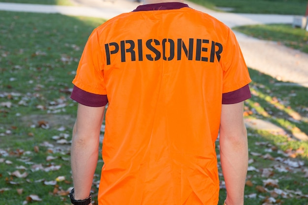 Achteraanzicht van amerikaanse gevangene in oranje kleding Premium Foto