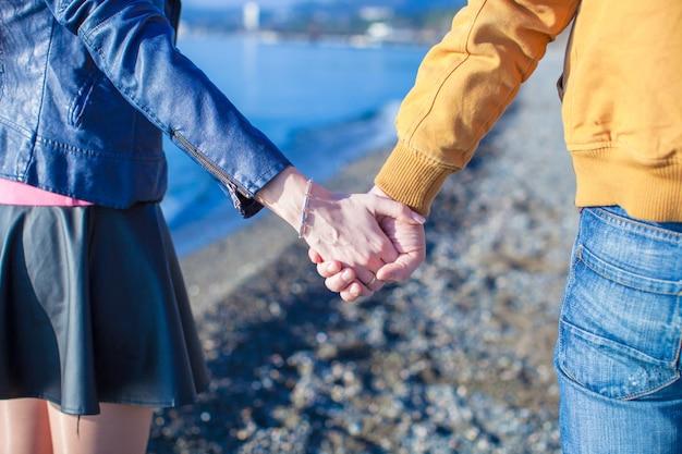 Achteraanzicht van een man en vrouw hand in hand Premium Foto