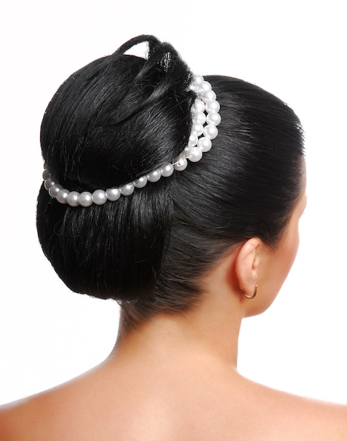 Achteraanzicht van een stijlvol, modern huwelijkskapsel met parels op wit wordt geïsoleerd Gratis Foto