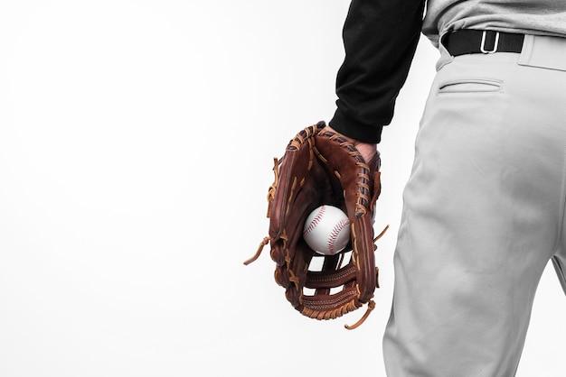 Achteraanzicht van honkbal gehouden in handschoen Gratis Foto