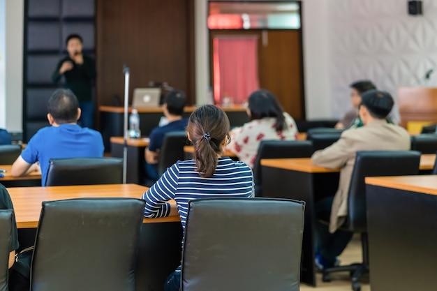 Achteraanzicht van publiek luisteren sprekers op het podium Premium Foto