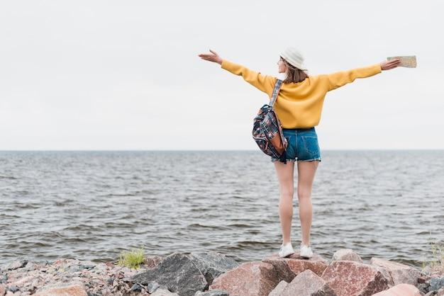 Achteraanzicht van reizende vrouw met kopie ruimte Gratis Foto
