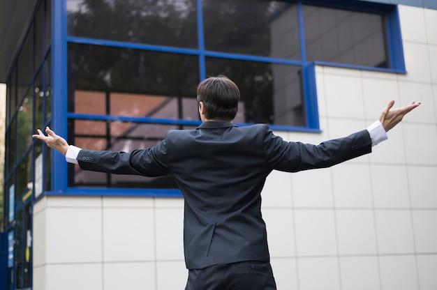 Achteraanzicht van zakenman en gebouw Gratis Foto