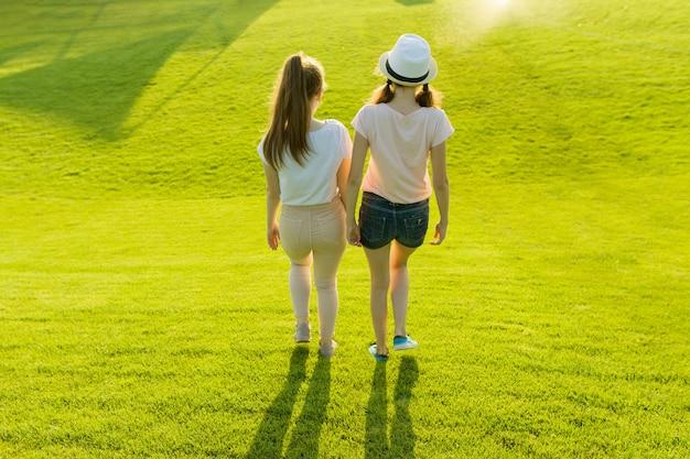 Achteraanzicht, vriendinnen lopen Premium Foto