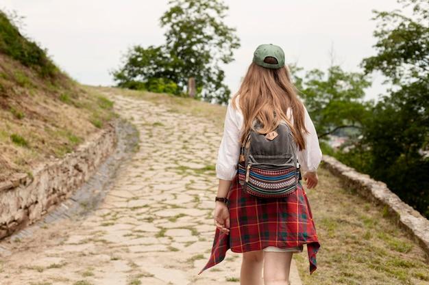 Achteraanzicht vrouw draagt rugzak Gratis Foto