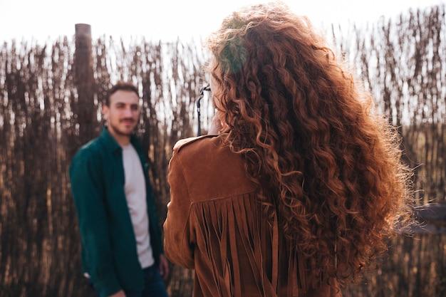Achteraanzicht vrouw fotograferen van man Gratis Foto