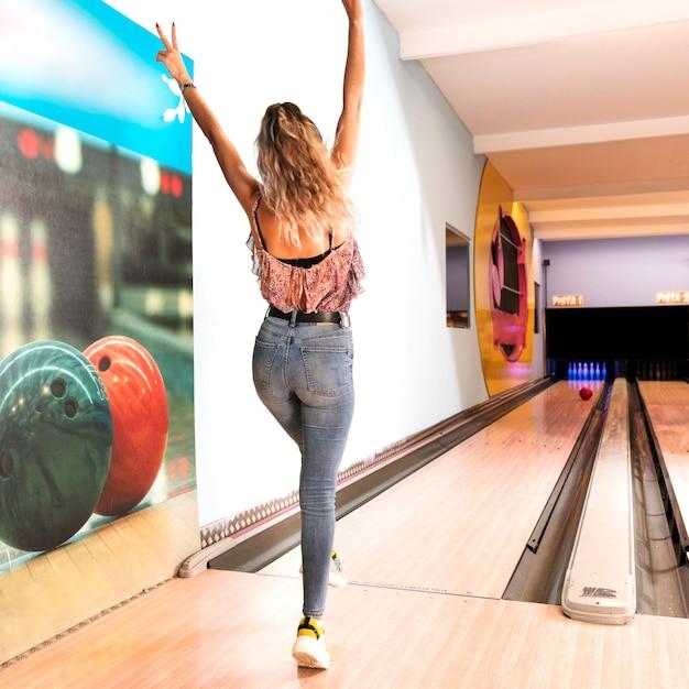 Achteraanzicht vrouw spelen bowlen Gratis Foto