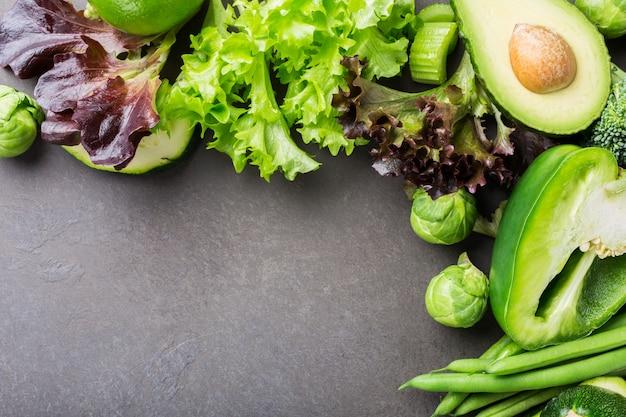 Achtergrond met diverse groene groenten Premium Foto