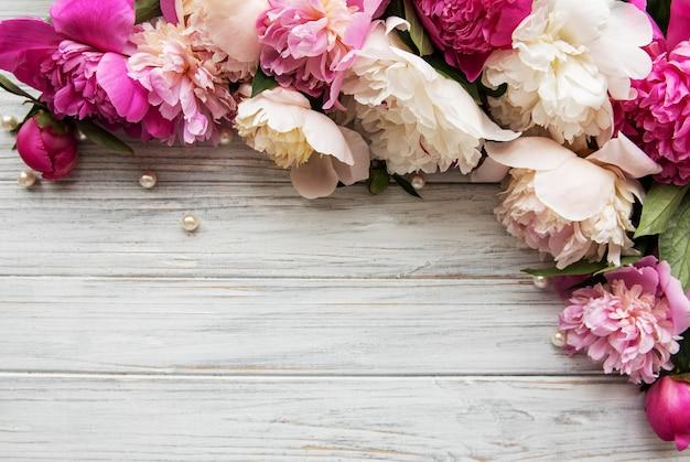 Achtergrond met roze pioenrozen Premium Foto