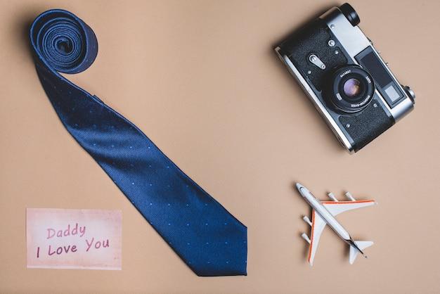 Achtergrond met stropdas, vliegtuig en camera voor vaderdag Gratis Foto