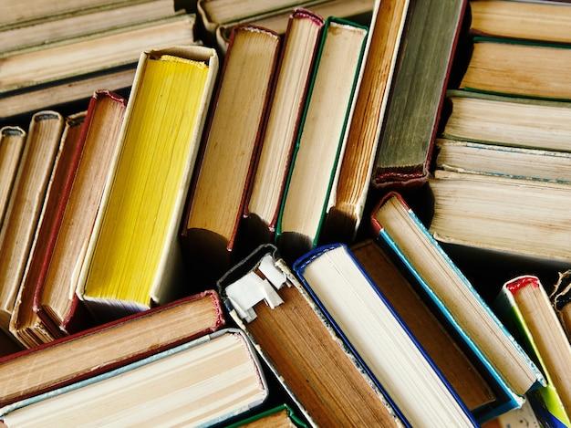 Achtergrond uit boeken. boeken sluiten omhoog. Premium Foto