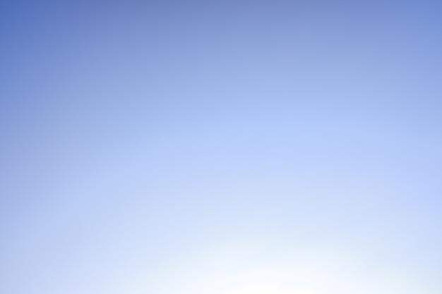 Achtergrond van een gradiënthemel van blauw naar wit. Premium Foto