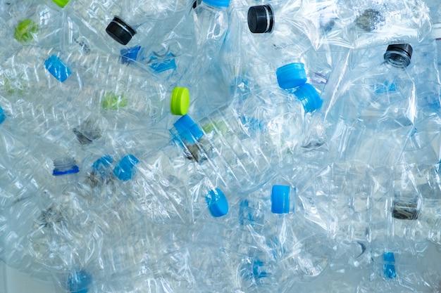 Achtergrond van vele plastic flessen voor kringloop. maak het milieuconcept goed Premium Foto