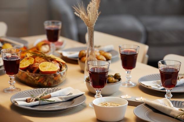 Achtergrondafbeelding van heerlijk eten en geroosterde kip aan thanksgiving-tafel klaar voor etentje met vrienden en familie, Premium Foto