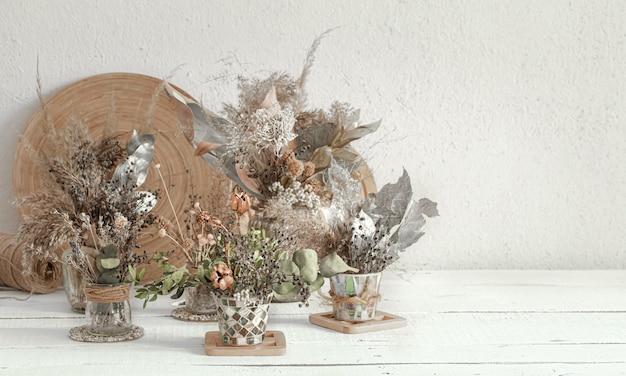 Achtergrondsamenstelling met veel verschillende gedroogde bloemen in vazen Gratis Foto