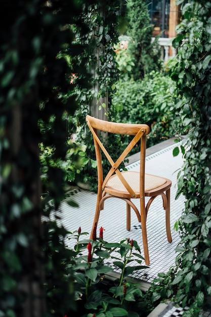 Achterkant van de stoel in de tuin Gratis Foto
