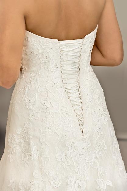 Achterkant van een bruid in haar bruidsjurk met mooie veter Premium Foto
