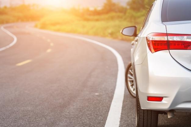 Achterkant van nieuwe zilveren autoparkeren op de asfaltweg Premium Foto