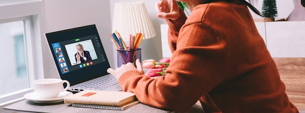 Achterkant weergave van zakenvrouw praten samen over online vergadering Premium Foto