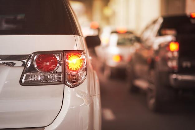 Achterlichtsignalen voor draai van auto op straat Premium Foto
